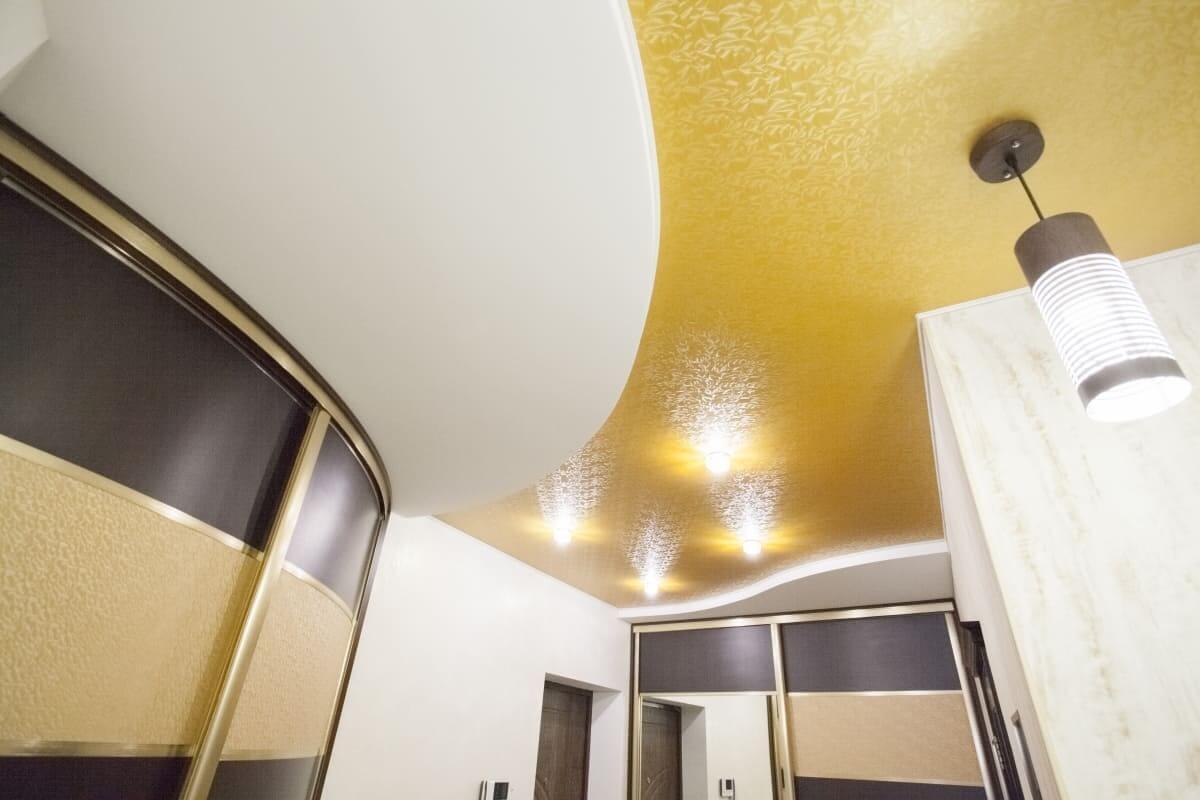 Натяжной потолок в коридор